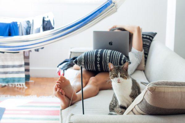 odpoczywająca dziewczyna z kotem