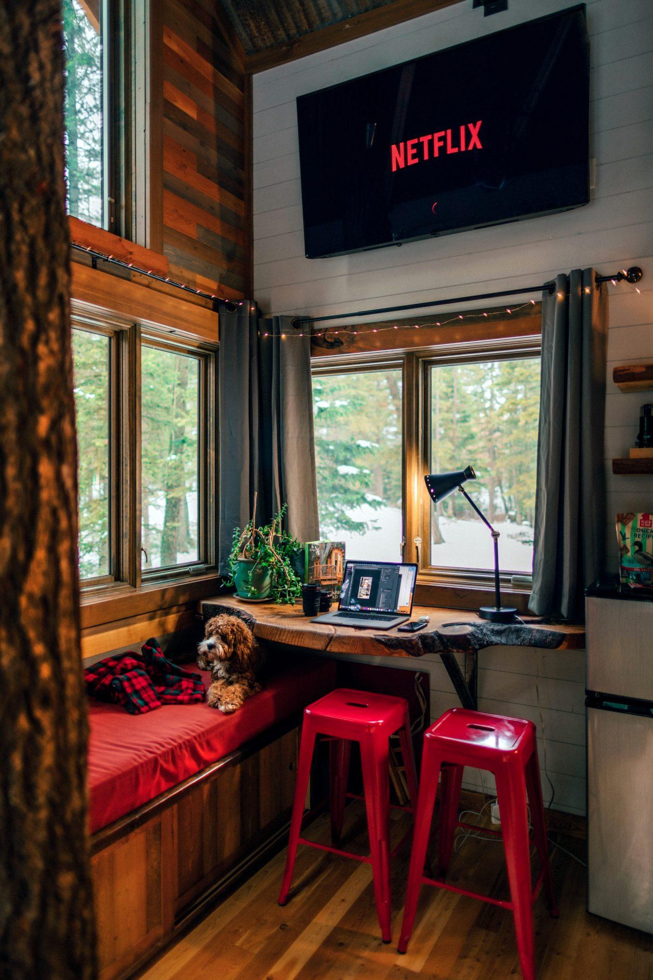kuchnia z czerwonymi stołkami i sofą