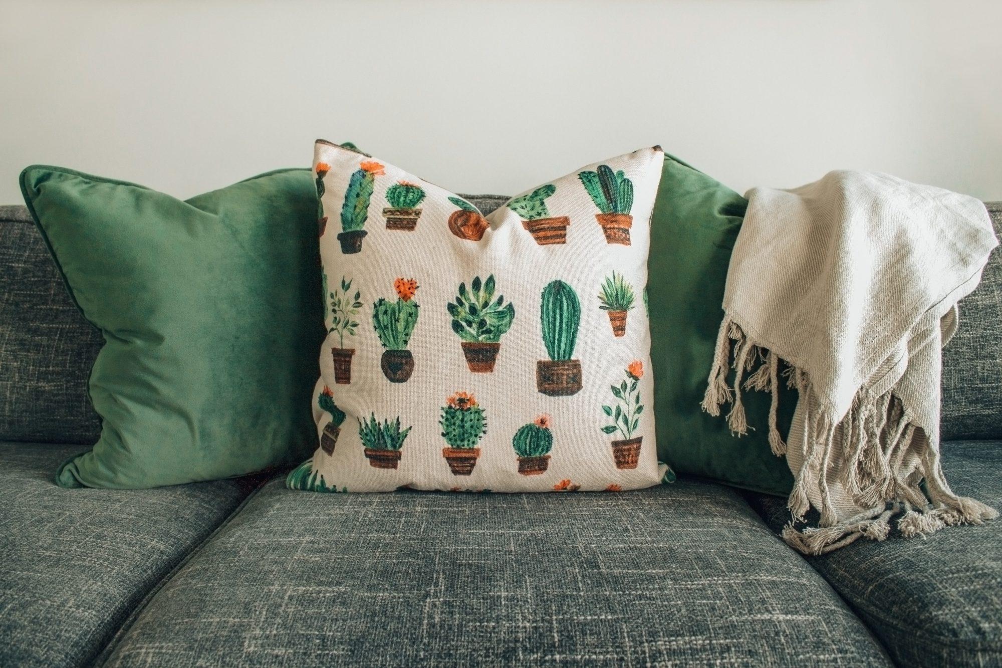 sofa z zielonymi dodatkami